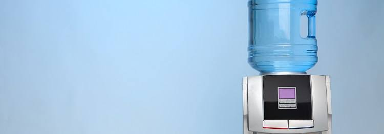 Waterkoeler met flessen